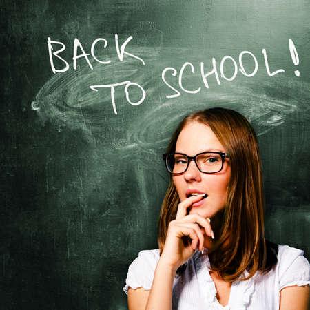 educacion sexual: Estudiante de mujer sensual está de pie con pizarra detrás de ella