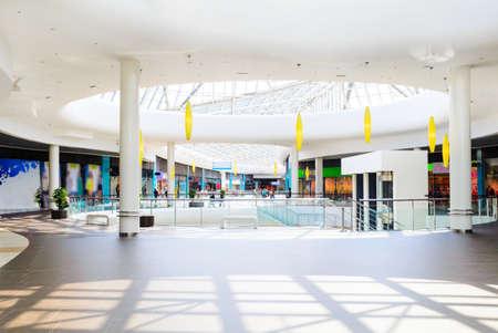 현대적인 쇼핑 센터의 파노라마 스톡 콘텐츠