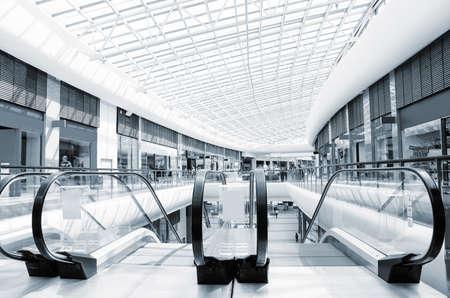 현대적인 쇼핑 센터와 에스컬레이터의 전경