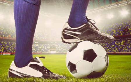 colores calidos: piernas de un f�tbol o jugador de f�tbol en bola en el estadio, los colores c�lidos en tonos