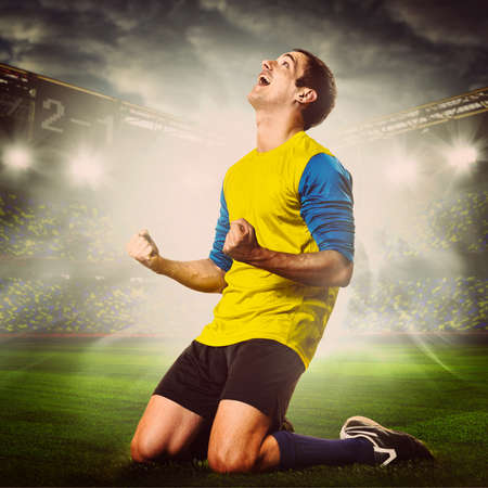 arrodillarse: fútbol o jugador de fútbol celebra gol en el estadio