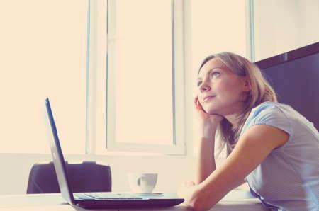 persona pensando: Mujer de negocios en la oficina moderna