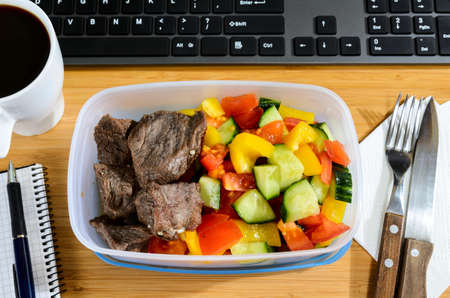 Caja de almuerzo casero en moderno lugar de trabajo con estilo, ver desde arriba Foto de archivo - 38001297