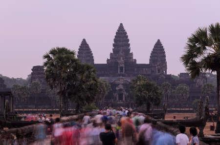 Alba ad Angkor Wat, parte del complesso del tempio Khmer, popolare tra i turisti antico punto di riferimento e luogo di culto nel sud-est asiatico. Siem Reap, Cambogia.