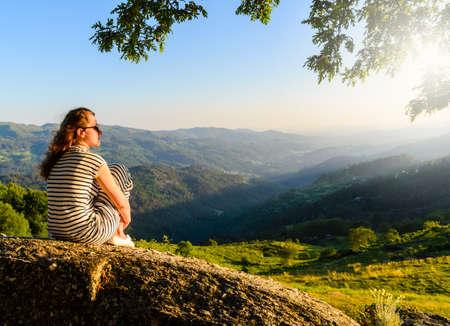 일몰 산의 Peneda-레스 국립 공원, 북부 포르투갈에서보고 여자의 경치를 볼. 스톡 콘텐츠