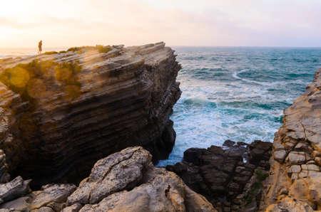 mare agitato: oceano costa a Peniche, Portogallo