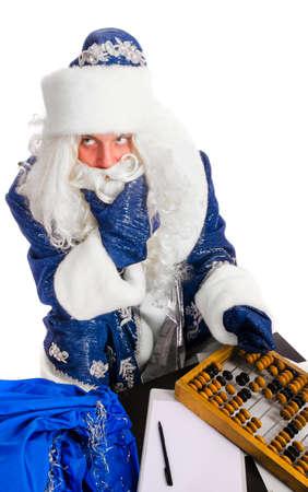 hombre con sombrero: Pap� Noel est� calculando sus gastos, aislado en blanco Foto de archivo