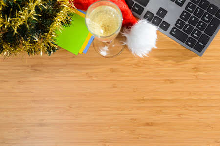 sektglas: Büro-Schreibtisch mit Weihnachtszubehör und Schreibwaren, Ansicht von oben Lizenzfreie Bilder