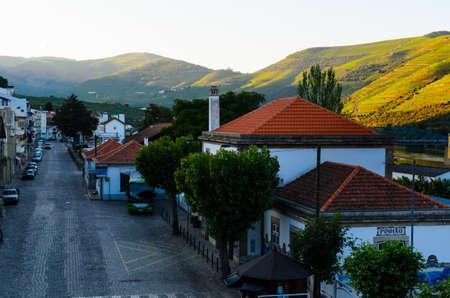 uvas: Calle de la mañana en Pinhao, valle del río Douro, Portugal