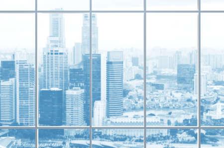 Uitzicht vanuit kantoorvenster op moderne stad