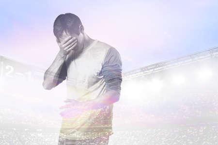 silueta hombre: doble exposición de fotos del estadio y el fútbol infeliz del fútbol o con la palma de su cara