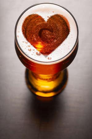 사랑의 맥주, 검은 테이블에 유리에서 거품에 심장 기호 위에서 볼