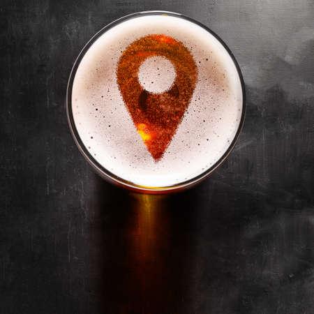 posizione simbolo pin schiuma nel bicchiere sul tavolo nero, vista da sopra