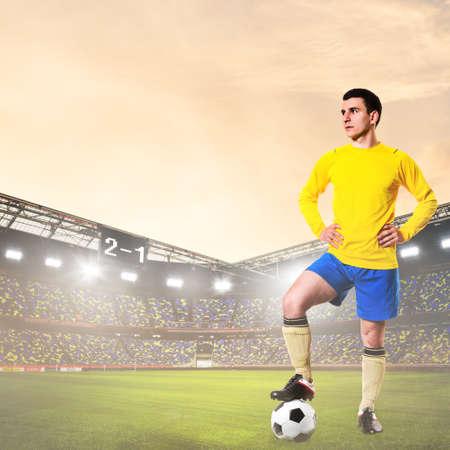 futbolista: fútbol o jugador de fútbol está de pie en el estadio Foto de archivo