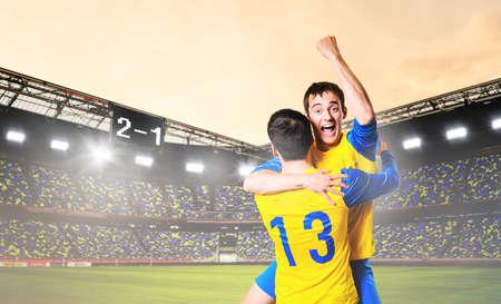 jugadores de futbol: fútbol o fútbol los jugadores están celebrando gol en el estadio Foto de archivo