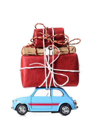 Blue retro toy car delivering Christmas or New Year gifts, isolated on white Stockfoto