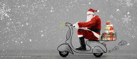 Babbo Natale sul motorino fornitura di Natale o Capodanno regali a sfondo grigio innevato