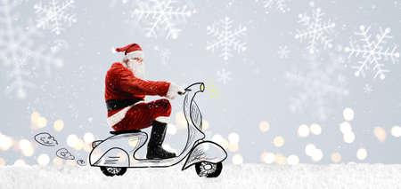 Babbo Natale sul motorino di guida a Natale o Capodanno nevoso sfondo grigio Archivio Fotografico - 69657531