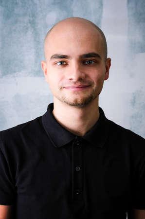 hombre calvo: Retrato de hombre feliz adulto joven Agaist la pared del grunge
