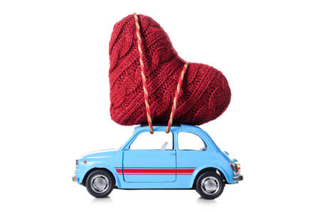 Blue retro auto giocattolo di cuore la consegna per il giorno di San Valentino su sfondo bianco