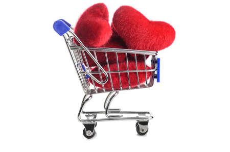 Cesta de la compra lleno de corazones para el día de San Valentín en el fondo blanco