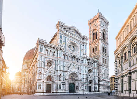 Vista de la salida del sol de la catedral de Florencia Santa Maria del Fiore, Toscana, Italia Foto de archivo - 77421420