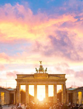 Verlichte de zonsondergangmening van Brandenburg Gate, Berlijn, Duitsland
