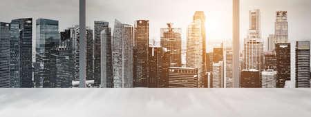 デスク シンガポール繁華街とオフィスの窓の夕暮れのスカイラインのパノラマ ビューをぼかします。