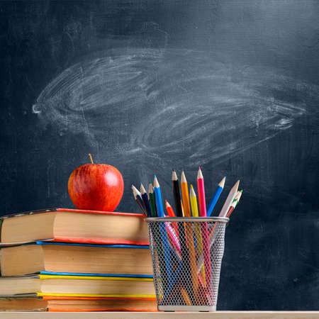学校に戻るアクセサリー、書籍、黒板に対して新鮮なリンゴ 写真素材