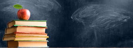 学校の付属品、書籍、黒板に対して新鮮なリンゴ