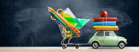 학교 판매 배경으로 돌아 가기. 액세서리, 책 및 칠판에 대하여 사과 장바구니를 제공하는 자동차.