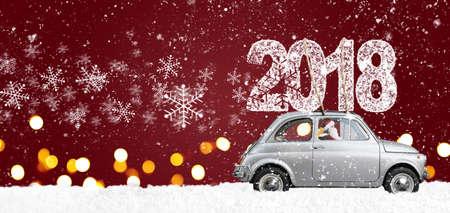 크리스마스 또는 새 해 2018 축제 빨간색 배경에 제공하는 회색 복고 장난감 자동차를 운전하는 산타 클로스 스톡 콘텐츠