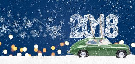 Babbo Natale alla guida di auto giocattolo retrò verde consegna Natale o Capodanno 2018 su sfondo blu festivo Archivio Fotografico - 87673981