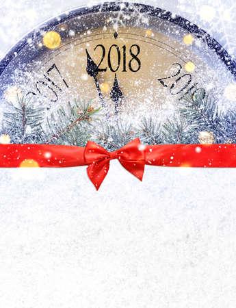 真夜中へのカウント ダウン。雪の上のレトロなスタイルの時計は、クリスマスや新年 2018年の前に最後の瞬間を数えています。上からの眺め。 写真素材