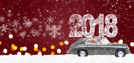 Santa Claus che conduce la retro automobile grigia del giocattolo che consegna il Natale o il nuovo anno 2018 su fondo rosso festivo Archivio Fotografico - 88020213