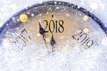 자정까지 카운트 다운. 레트로 스타일 시계 크리스마스 또는 새 해 2018 전에 마지막 순간을 계산합니다.