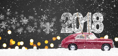 Santa Claus che conduce la retro automobile rossa del giocattolo che consegna il Natale o il nuovo anno 2018 su fondo festivo Archivio Fotografico - 88600257