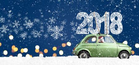 Babbo Natale alla guida di auto giocattolo retrò verde consegna Natale o Capodanno 2018 su sfondo blu festivo Archivio Fotografico - 88396054