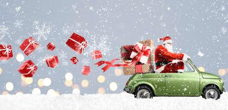 Święty Mikołaj na samochodzie, dostarczając prezenty świąteczne lub noworoczne na snowy szarym tle