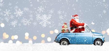 Babbo Natale su scooter consegna regali di Natale o Capodanno a sfondo blu innevato Archivio Fotografico - 92023132