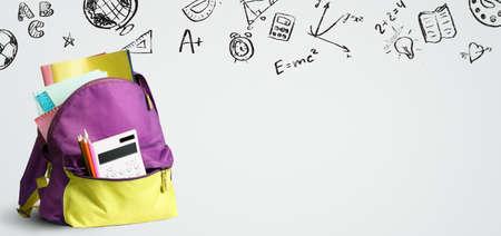 Plecak na zakupy do szkoły. Akcesoria w torbie studenckiej na tablicy Zdjęcie Seryjne