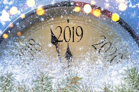 Conto alla rovescia per mezzanotte. Orologio in stile retrò che conta gli ultimi istanti prima di Natale o Capodanno 2019.