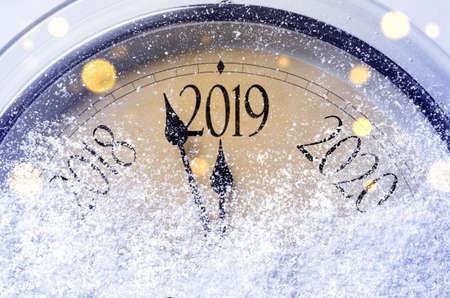 Compte à rebours jusqu'à minuit. Horloge de style rétro comptant les derniers instants avant Noël ou le nouvel an 2019. Banque d'images - 107143584