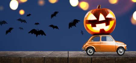 Halloween-Auto, das Kürbis gegen unheimlichen Herbstwaldhintergrund der Nacht liefert