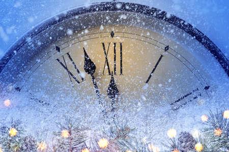 Compte à rebours jusqu'à minuit. Horloge de style rétro comptant les derniers instants avant Noël ou le nouvel an 2019.