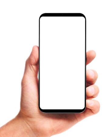mano masculina que sostiene el teléfono inteligente sin bisel con pantalla en blanco, aislado sobre fondo blanco. La pantalla está recortada con la ruta