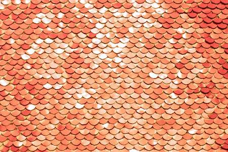 Pailletten-Stoff-Hintergrund. Nahaufnahme der glitzernden lebenden Korallenpaillettentextur