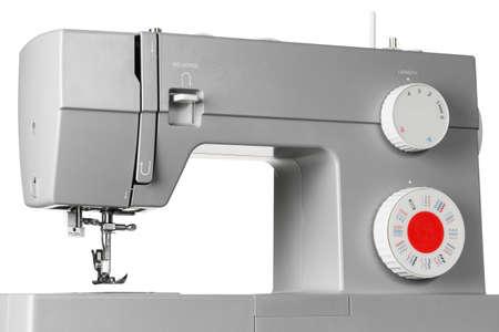 Moderne elektrische Nähmaschine isoliert auf weißem Hintergrund