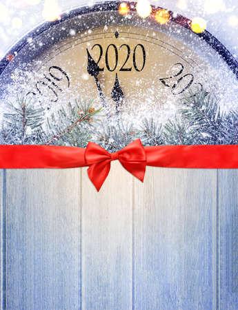 真夜中にカウントダウン。木製のテーブル上のレトロなスタイルの時計は、クリスマスや新年2020の前に最後の瞬間を数えています。上から見る。