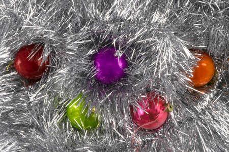 Hintergrund aus Weihnachtskugeln und Lametta Standard-Bild
